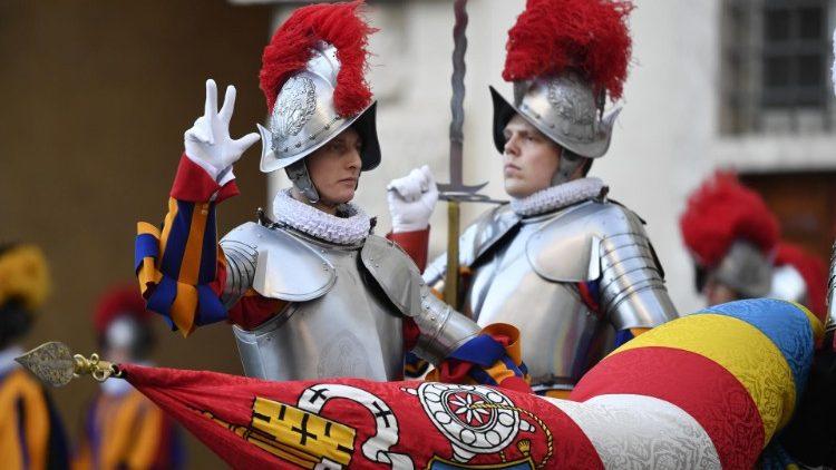 La prestation de serment des nouveaux gardes suisses, le 4 octobre 2020.