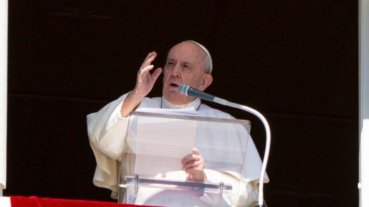 Papež Frančišek med opoldansko molitvijo Angel Gospodov.