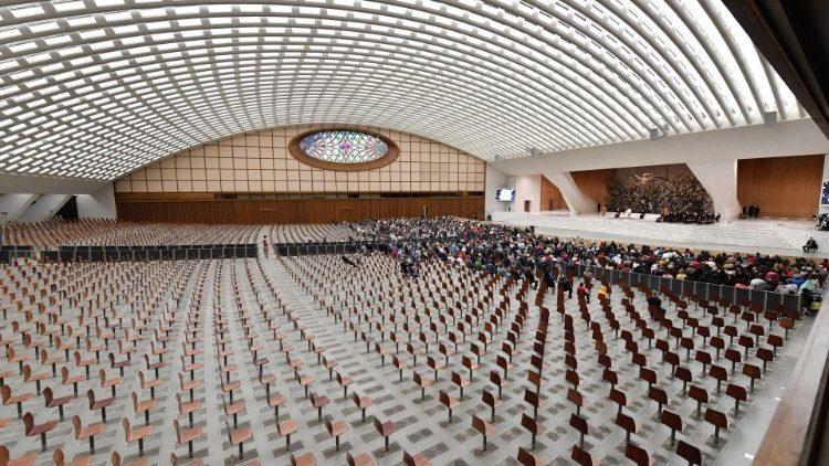 V dvorani Pavla VI. je poskrbljeno za medosebno razdaljo