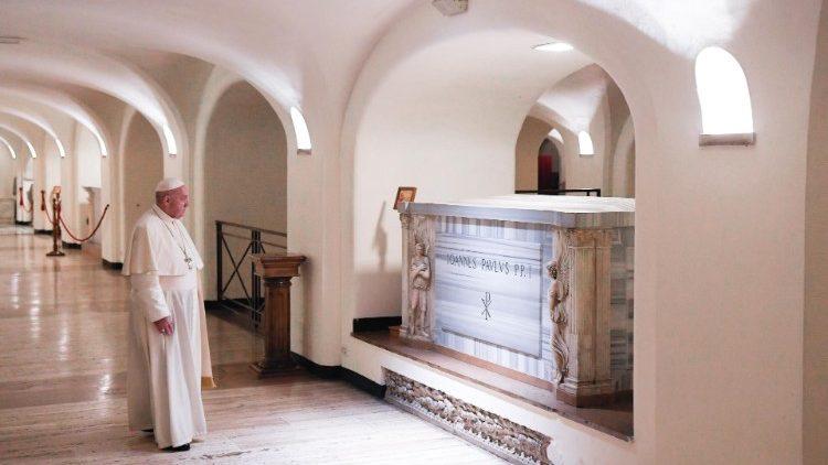2020.11.02 Santa Messa pro defunti e preghiera nelle tombe del Cimitero Teutonico e nelle Grotte Vaticane