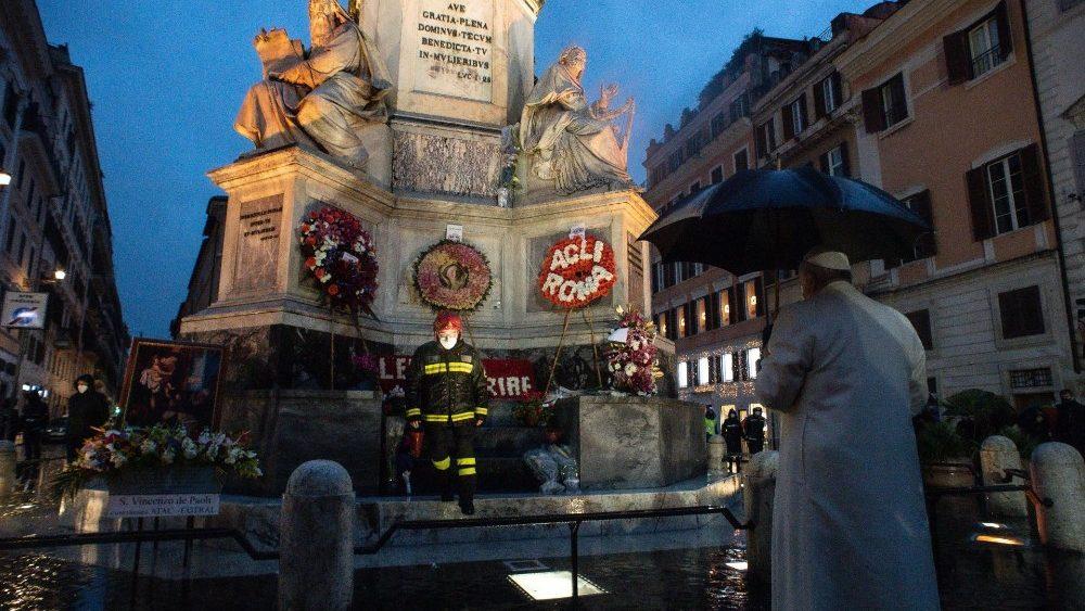 Papa Francisco reza na Praça de Espanha