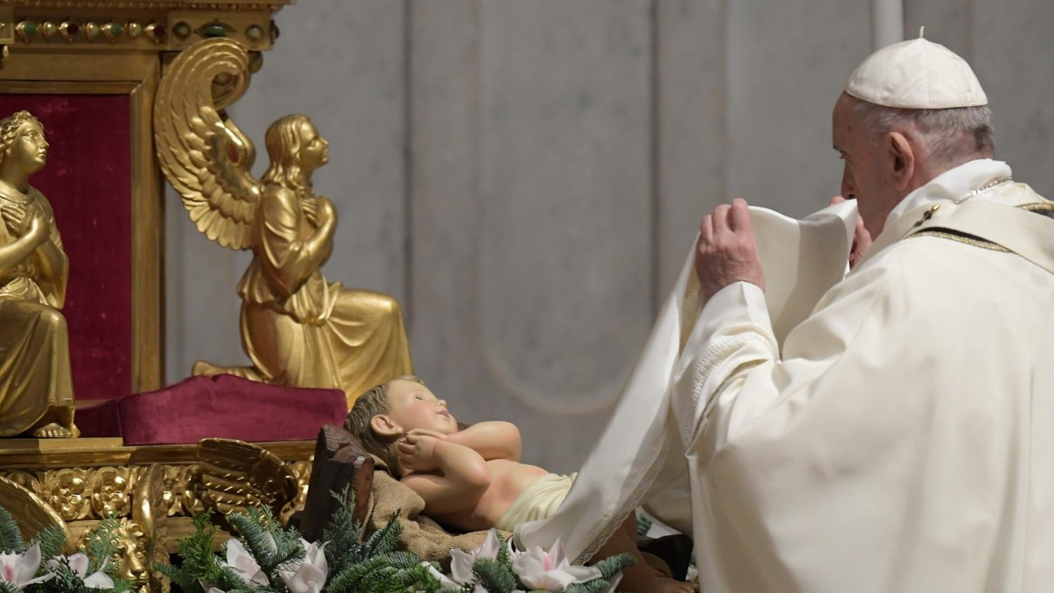 Pope at Christmas Mass: Jesus comes as a child to make us children of God
