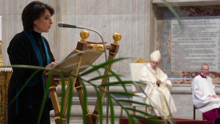 Một phụ nữ đọc Sách Thánh trong Thánh lễ do Đức Thánh Cha cử hành