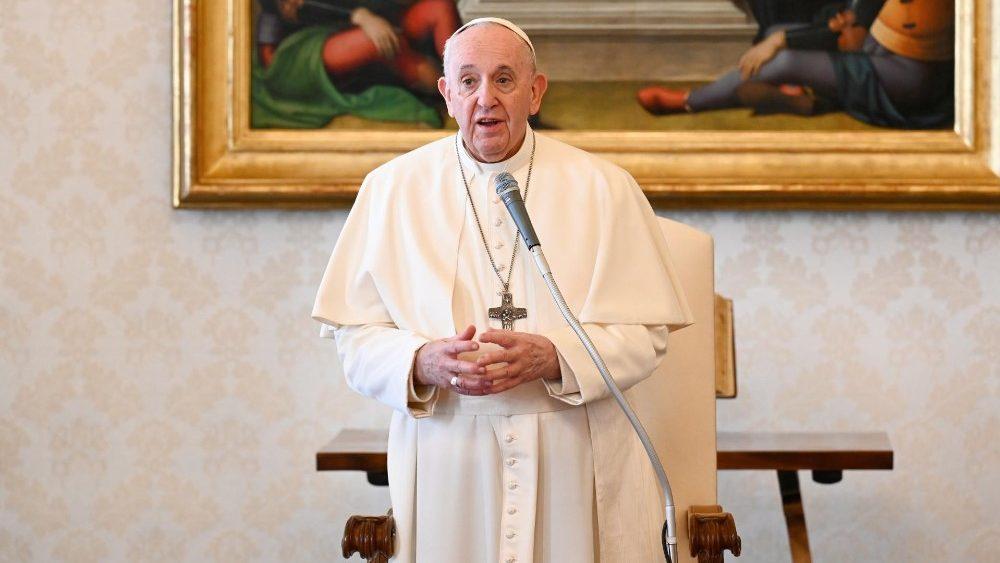 Le Pape François lors de l'audience générale du 3 mars 2021 dans la Bibliothèque du Palais apostolique.