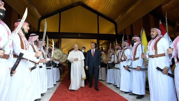 Papa Francisco com o primeiro-ministro iraquiano no Aeroporto Internacional de Bagdá