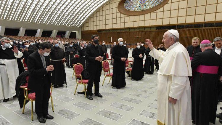 Der papst empfing die Teilnehmer des Kurses in der Audienzhalle