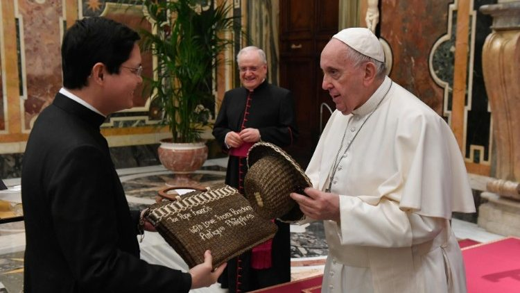 Pope receives community of the Pontifical Filipino College