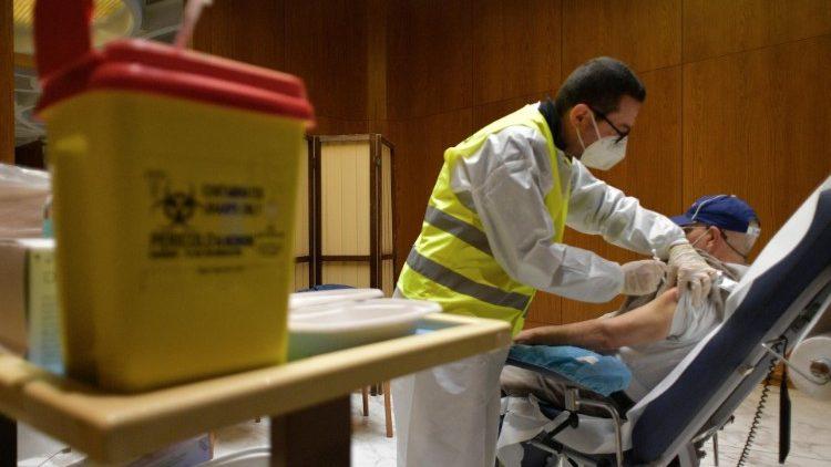 Tiêm vắc-xin cho người nghèo tại Vatican