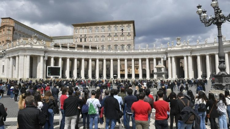 Papež Frančišek po pandemiji ponovno vodil opoldansko molitev z okna apostolske palače.