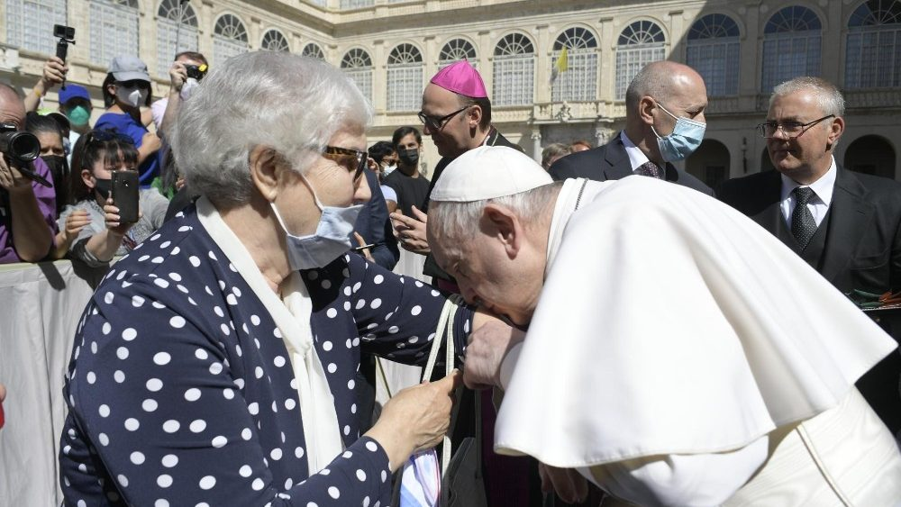Rencontre entre le Saint-Père et Lidia Maksymowicz, survivante du camp de concentration et centre d'extermination d'Auschwitz, lors de l'audience générale du 26 mai 2021