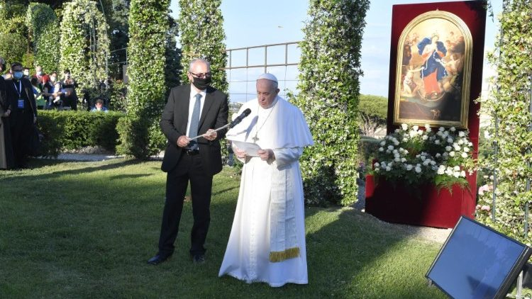 ĐTC chủ sự giờ kinh Mân Côi tại Vườn Vatican
