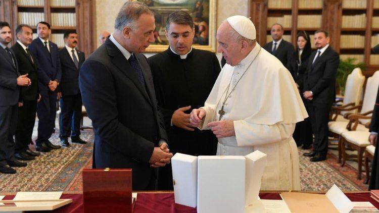 Le Pape échangeant des cadeaux avec le Premier ministre irakien, le 2 juillet 2021 au Vatican.