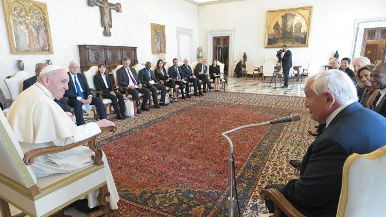 """Le Pape écoutant le mot d'introduction de Jean-Pierre Raffarin lors de sa rencontre avec les """"Leaders pour la Paix"""", le samedi 4 septembre 2021."""