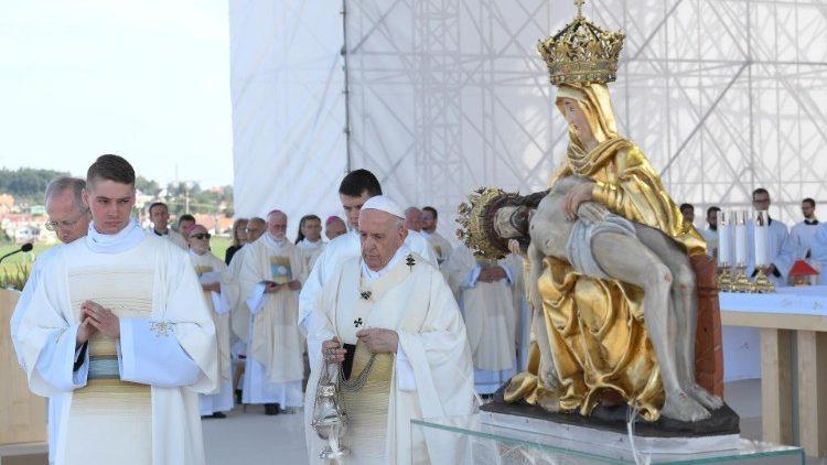 Il Papa dinanzi alla statua della Vergine Maria dei Sette dolori, patrona della Slovacchia