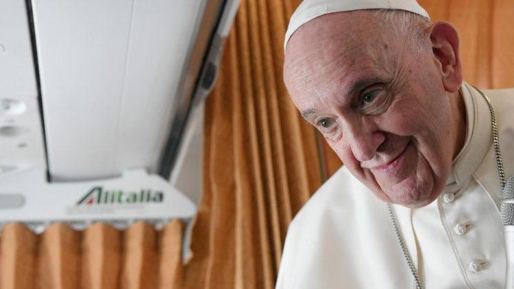 Le Pape écoute une question lors de la conférence de presse sur le vol Bratislava-Rome, le 15 septembre 2021.