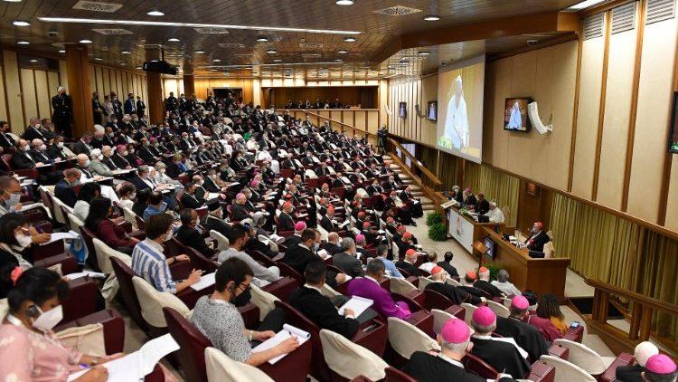 Les participants en salle du Synode pendant le discours du Pape François