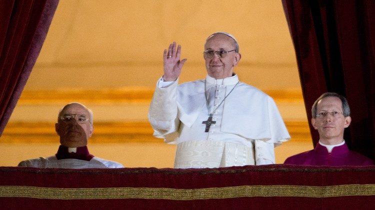 Papa Francesco saluta i fedeli in Piazza San Pietro poco dopo l'elezione