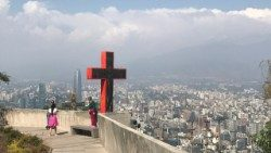 Cruz no Morro San Cristóbal, com vista para Santiago do Chile