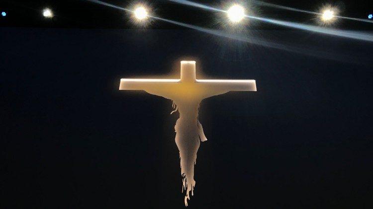 Crucifixo na missa celebrada pelo Papa Francisco no Palexpo de Genebra, Suíça