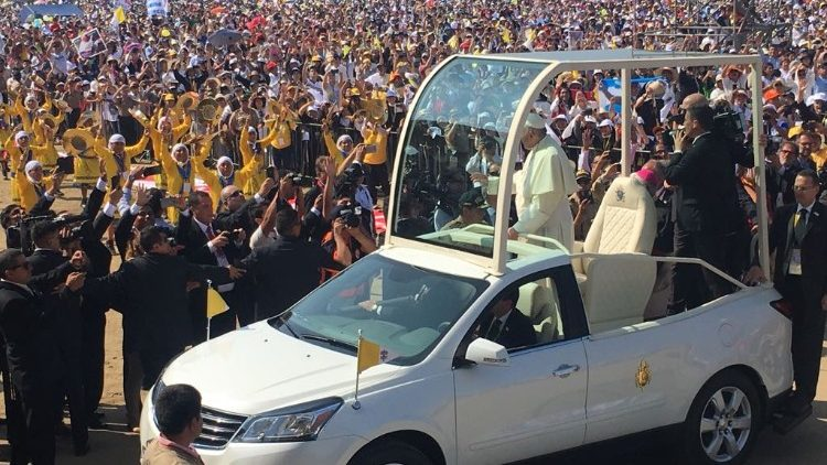 2018-01-20 Papa Francesco Messa Trujillo Peru papamobile