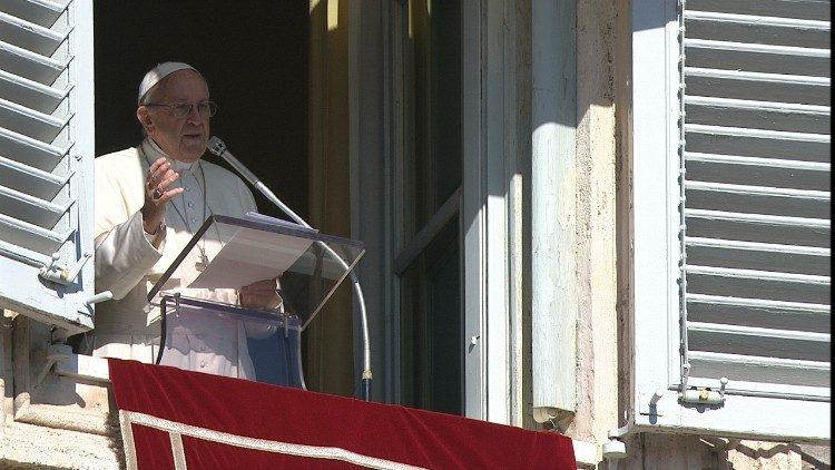 Le Pape à la fenêtre du Palais apostolique, le 4 février 2018.