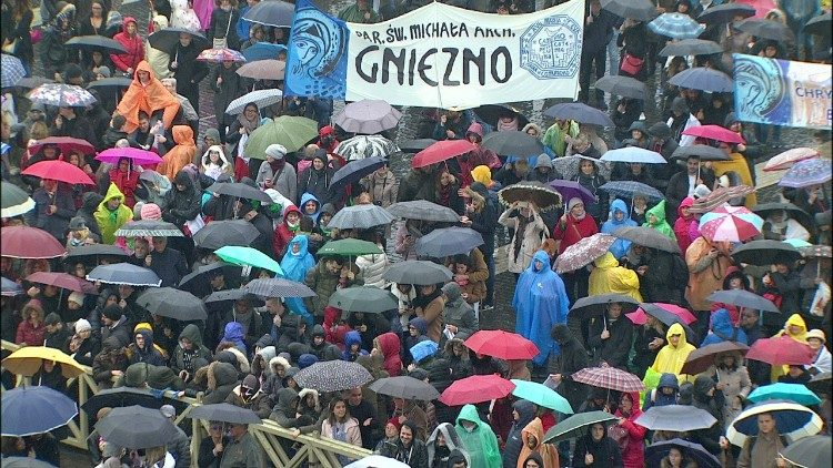 Faithful gathered in pouring rain for Pope's Angelus on 18 February