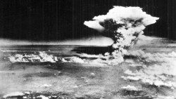 Atomic_cloud_over_Hiroshima_from_MatsuyamaAEM.jpg