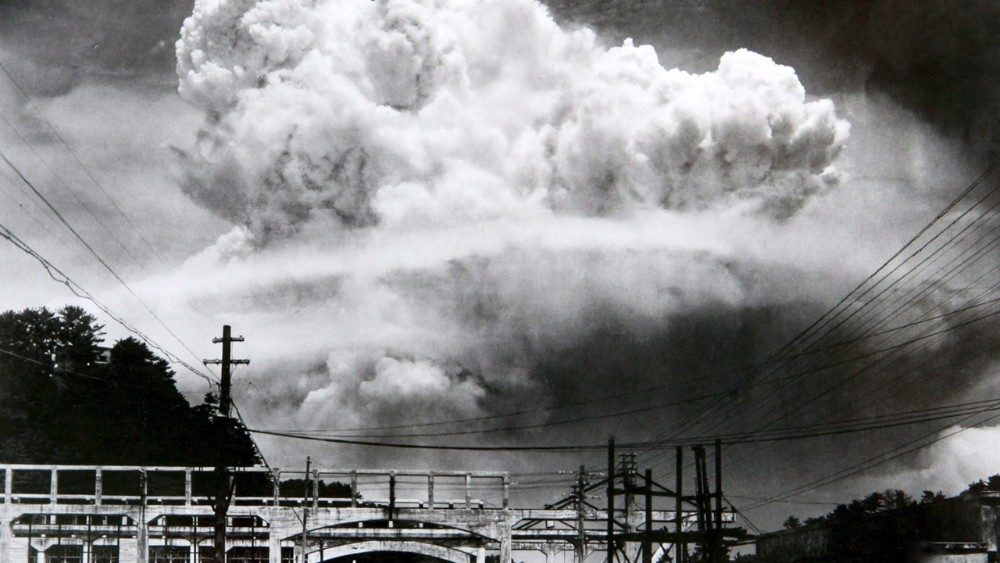 Atomic_cloud_over_Nagasaki_from_Koyagi-jimaAEM.jpg