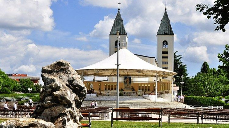 800px-Saint_James_Church_(St._Jakov)_Medjugorje_-_Hotel_Pansion_Porta_-_Bosnia_Herzegovina_-_Creative_Commons_by_gnuckx_4694624867aem.jpg