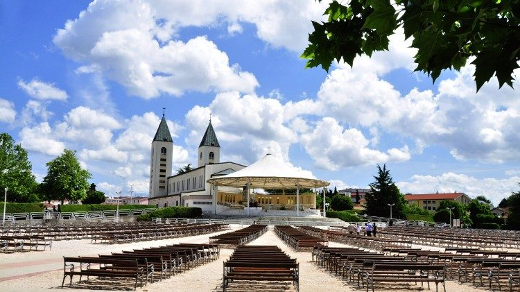 Saint_James_Church_(St._Jakov)_Medjugorje_-_Hotel_Pansion_Porta_-_Bosnia_Herzegovina_-_Creative_Commons_by_gnuckx_4695266800aem.jpg