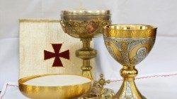 Eucaristia, cálice e hóstias para a sagrada comunhão