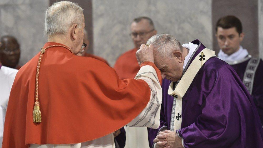 Francisco recebendo as cinzas na Basílica de Santa Sabina, no Aventino, na Quarta-feira de Cinzas - Quaresma 2020.