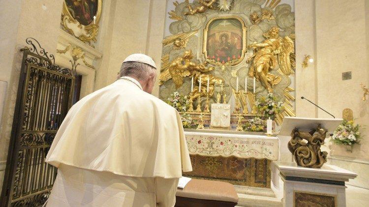 El Papa Francisco ante la Imagen de la Virgen reza por la Paz en Siria y en el Mundo entero