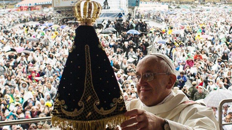 Papa Francisco com a imagem de Nossa Senhora Aparecida