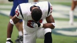 professional-football-player-nfl-praying-160577aem.jpg