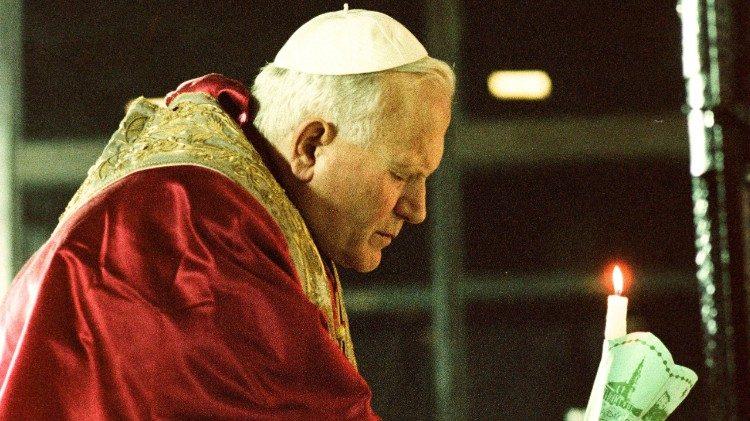 Le Pape en prière devant la Vierge de Fatima, lors de sa visite de mai 1982, un an après l'attentat de la Place Saint-Pierre.