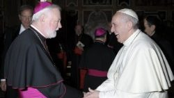 Papa francesco e Mons Paul Richard Gallagher