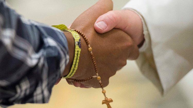 """O tema da Mensagem do Papa para este 92° Dia Mundial das Missões 2018 é """"Juntamente com os Jovens, levemos o Evangelho a todos""""!"""