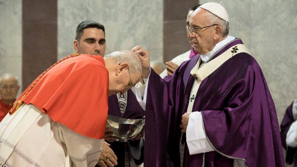O Papa Francisco durante o rito de imposição das Cinzas no início da Quaresma de 2020 (Vatican Media)