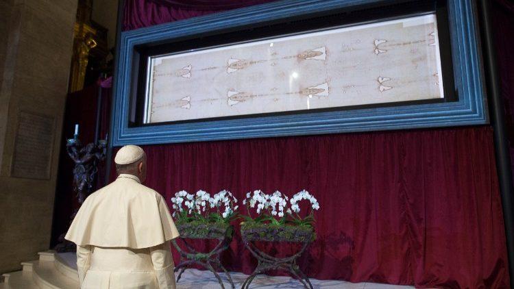 Papa Francesco davanti la Sacra Sindone