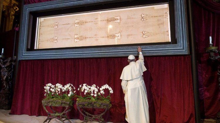 Papa Francisco diante do Santo Sudário em Turim