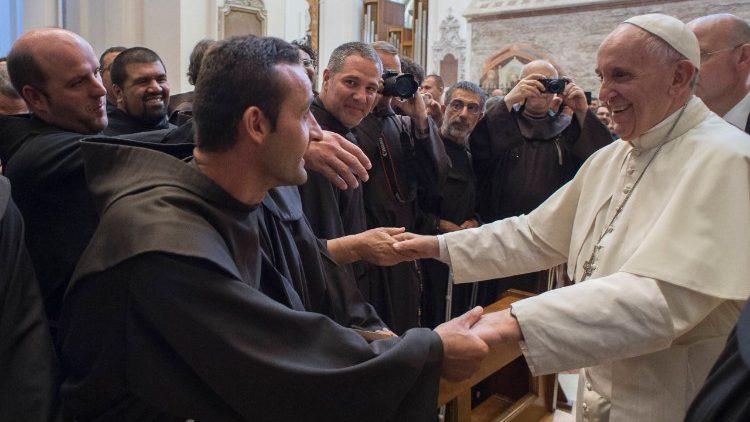 No registro, o Papa Francisco com os frades franciscanos em Assis, em 2016