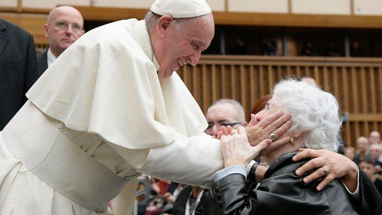 Papa Francisco e uma senhora idosa