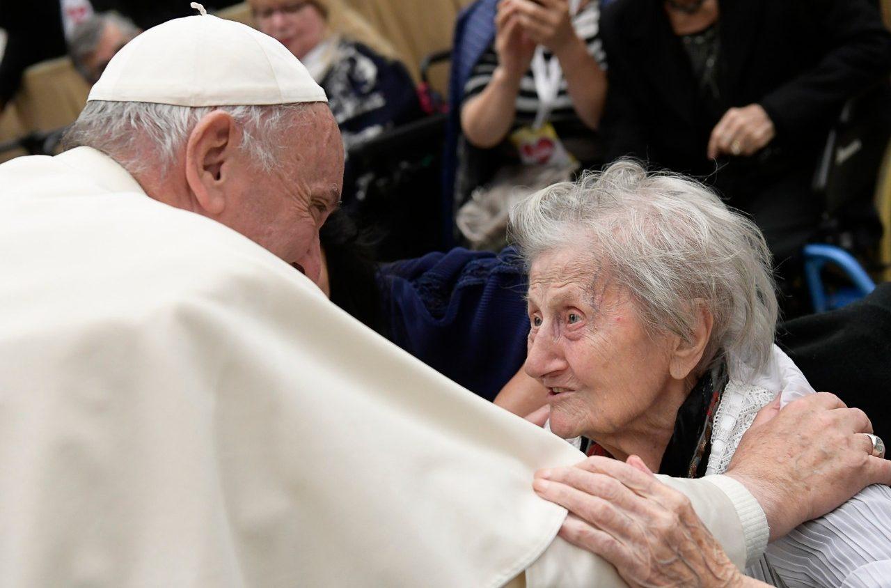 El Papa y una anciana