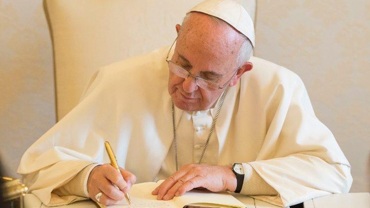 Papa Francisco assinando um documento