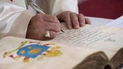 Papa francesco firma un documento