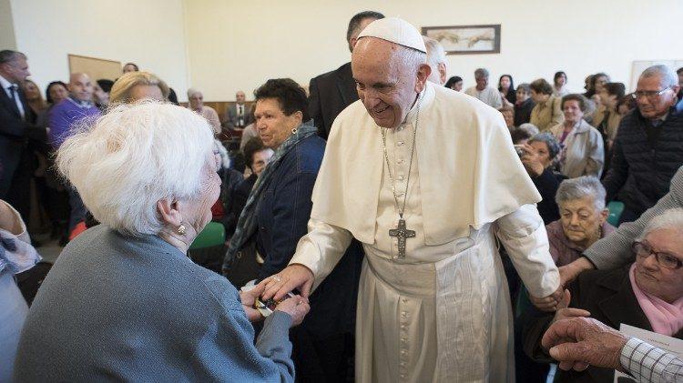 Папа Римский заступился за дедушек с бабушками и учредил для них Всемирный день