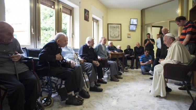 Папа Франциск с пожилыми священниками (2017)