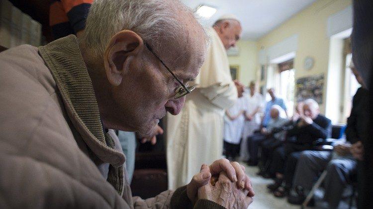 2016 hat Papst Franziskus ein Pflegeheim für betagte Priester in Rom besucht