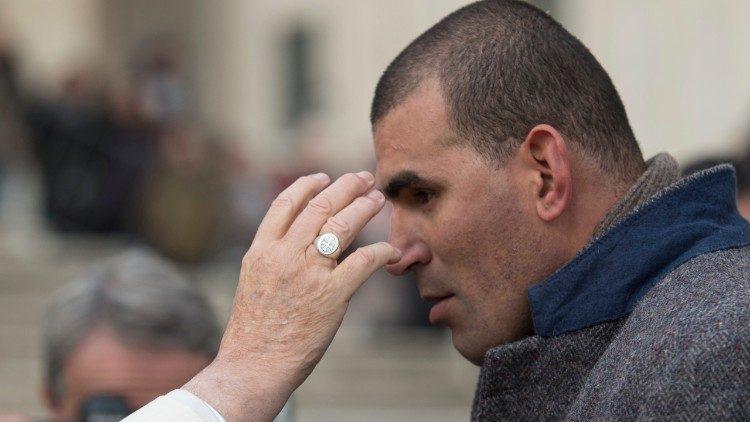 Papa Francisco com um enfermo na Praça São Pedro